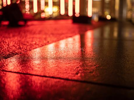赤い照明の反射の写真素材 [FYI03680802]