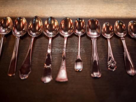 並べられたスプーンの写真素材 [FYI03680804]