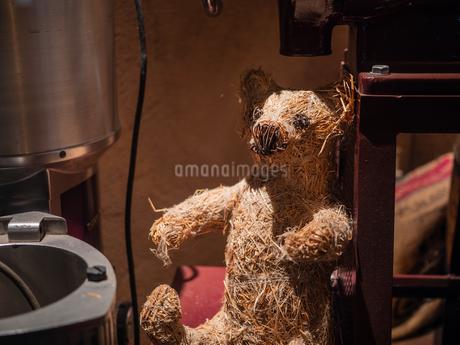 藁でできているクマの人形の写真素材 [FYI03680807]