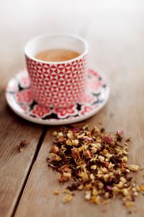 Tea cup and heap of teaの写真素材 [FYI03682034]