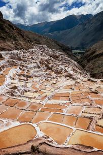 Peru, Cusco, Landscape with salt mines and mountain rangeの写真素材 [FYI03682334]