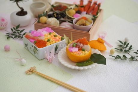 おせち料理と花ちらしずし・みかんずしの写真素材 [FYI03683789]