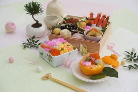 おせち料理と花ちらしずし・みかんずしの写真素材 [FYI03683857]