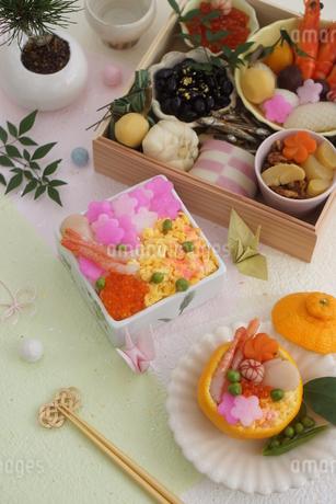おせち料理と花ちらしずし・みかんずしの写真素材 [FYI03683858]