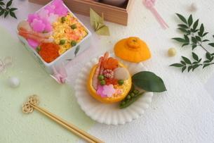 おせち料理と花ちらしずし・みかんずしの写真素材 [FYI03683859]