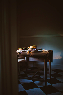 Salad bowls and crockery on dining tableの写真素材 [FYI03684135]