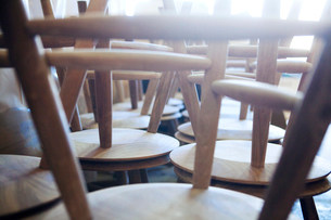Close-up of wooden tables in workshopの写真素材 [FYI03684628]