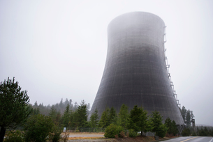 Low angle view of nuclear reactor in foggy weather against skyの写真素材 [FYI03685392]