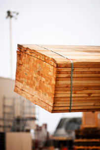 Bundle of wooden planks at construction siteの写真素材 [FYI03685447]