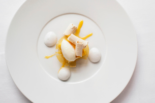 Overhead view of poached egg served in plate on tableの写真素材 [FYI03685557]