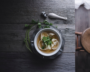 Overhead view of Chinese dumpling soup served in bowl on tableの写真素材 [FYI03686201]