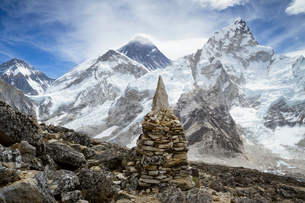 Stone heap on snow covered Mt. Everestの写真素材 [FYI03686262]