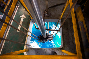 High angle view of cable winch in oil rigの写真素材 [FYI03686809]