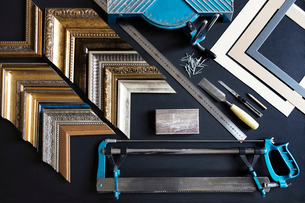 Overhead view of picture frame samples and work tools on tableの写真素材 [FYI03686893]