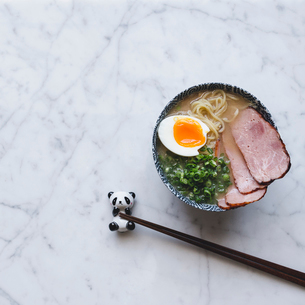 High angle view of ramen noodles soup with pork served in bowl on counterの写真素材 [FYI03687266]
