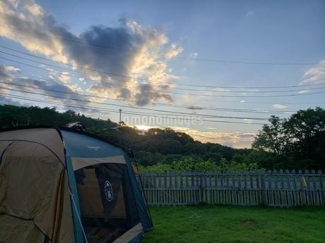 キャンプ場の夕方の写真素材 [FYI03687600]