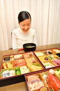 おせち料理を食べる女の子(正月)の写真素材 [FYI03687799]