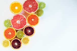 Overhead view of various chopped citrus fruits on paperの写真素材 [FYI03687860]