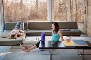 Happy homosexual women spending leisure time in living roomの写真素材 [FYI03688155]