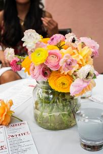 Flower arrangement on restaurant tableの写真素材 [FYI03688628]