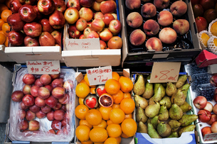 Overhead view of fruits displayed at market stallの写真素材 [FYI03688984]