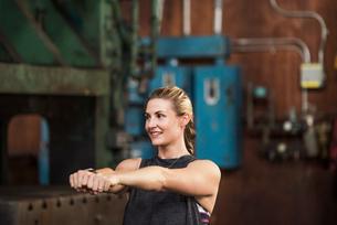 Smiling female boxer exercising in gymの写真素材 [FYI03689101]