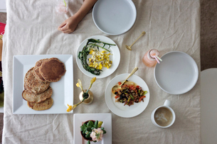 Overhead view of meal served in dining tableの写真素材 [FYI03689245]