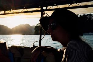 Thoughtful woman sitting in boatの写真素材 [FYI03689480]