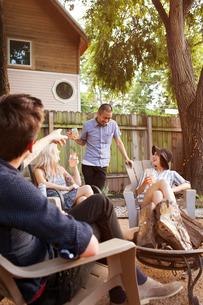 Cheerful friends having drinks in yardの写真素材 [FYI03690096]