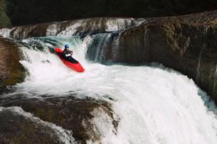 Kayaker paddling through waterfallの写真素材 [FYI03691326]
