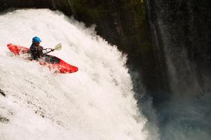 Man kayaking on waterfall on riverの写真素材 [FYI03691331]