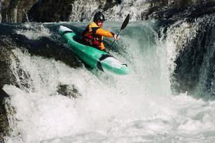 Kayaker paddling through River Rapidsの写真素材 [FYI03691335]