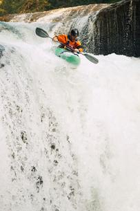 Determined kayaker descending waterfallの写真素材 [FYI03691337]