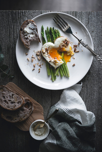 Overhead view of fried egg with asparagus and bread served in plateの写真素材 [FYI03692721]