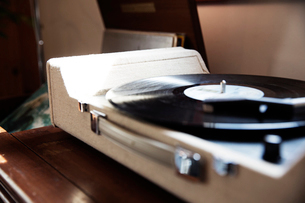 Close-up of record player on table at homeの写真素材 [FYI03693400]