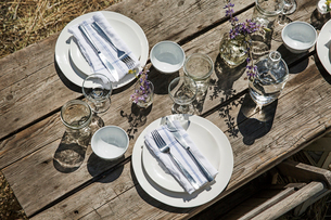 Overhead view of crockery and silverware on tableの写真素材 [FYI03693553]