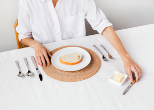 Midsection woman having breakfast at tableの写真素材 [FYI03693569]