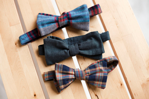 Overhead view of bow ties on wooden tableの写真素材 [FYI03693727]