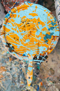 Overhead view of dirty brush and paint can at art studioの写真素材 [FYI03693812]
