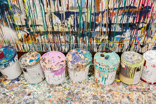 High angle view of dirty paint cans at art studioの写真素材 [FYI03693813]