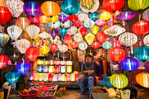 Owner selling various multi-colored lanterns in shopの写真素材 [FYI03695572]