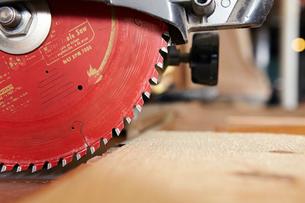 Circular saw on table in workshopの写真素材 [FYI03696920]