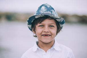 Portrait of happy boy standing against skyの写真素材 [FYI03696958]