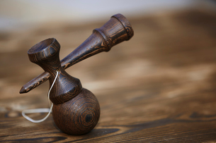 Close-up of kendama on tableの写真素材 [FYI03697194]