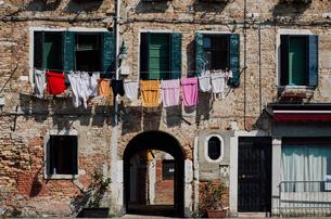 Clothesline on buildingの写真素材 [FYI03698139]
