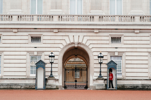 Guard standing out of Buckingham Palaceの写真素材 [FYI03698982]