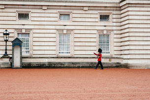 Guard standing out of Buckingham Palaceの写真素材 [FYI03698987]