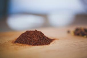 Close-up of garam masala on cutting boardの写真素材 [FYI03699756]