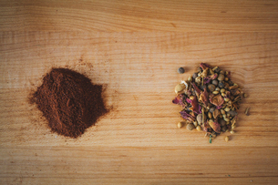 Overhead view of spices on cutting boardの写真素材 [FYI03699757]