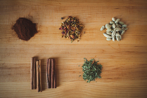Overhead view of various spices arranged on cutting boardの写真素材 [FYI03699758]